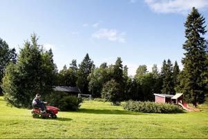 Varje tisdag är det fixardag vid bystugan. Då fixas det med gräsklippning och allt annat som behövs göras.
