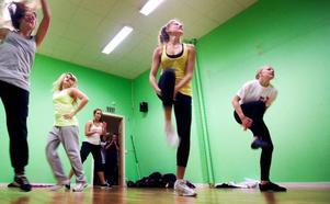 Träning med hög puls. Från vänster: Sandra Wall, Lovisa Strandberg, Lovisa Lindberg, Johanna Gundt och Maja Lundqvist har en vecka på sig att finslipa detaljerna.  Foto: Håkan Luthman