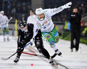 Joakim Bergman är tillbaka efter avstängning och tar plats i försvaret.