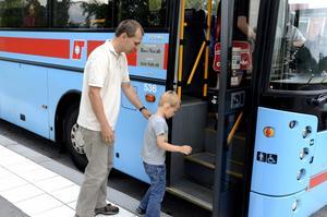 Tveksam. Från i höst måste Anders Hedlunds femårige son John åka linjebuss till skolan. Men Anders vet inte om han törs låta sonen göra det.