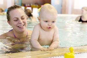 Li Lagergren, 10 månader, har fullt fokus på den gula gummiankan. Mamma Caroline hjälper Li i jakten.