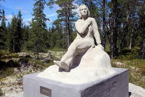 Statyn har ett lugn över sig, inte bara för platsen den står på