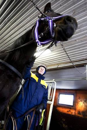 HÄSTKARL. Tommy Karlström har hållit på med hästar hela livet. Han är uppväxt på lantbruk, har jobbat som assistent på djursjukhus i 34 år och livnär sig nu på heltid som hovslagare.