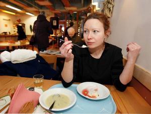Tina Stafrén provade gårdagens mat på Blomstergården.– Knappt godkänt, tyckte hon om potatissoppan och rispuddingen med saftsås.Foto: Jan Andersson