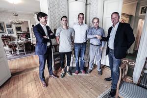 Ulf Ringdahl (mäklare) tillsammans med säljarna Theodor, Johan och Svante Bergström, samt köparen Per-Åke Wahlund. Här inne i entréplanets salong.