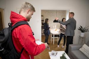 """Johan Ljungdahl från Göteborg är på lägenhetsvisning i Västerås. Han avskräcks inte av de stigande priserna. """"Med tanke på att Västerås växer tror jag att det är en bra investering"""", säger han."""