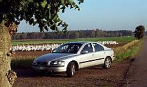 Foto: OLLE HILDINGSON Sprinter. Volvo S60 fångad i skånsk lantmiljö. Annars trivs bilen väldigt bra också i hetsigt motorvägstempo.
