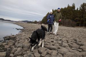 William och Marcus Ekendahl är på besök i Östersund under påsklovet. De passar på att ta med hunden Molly på en träningsrunda nere vid Storsjön när de är här.    – Jag har bott i Östersund tidigare vilket gör att jag vet om friluftsområdet här kring Odensala, säger Marcus.