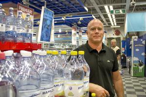 Ica-handlaren Fredrik Rindås i Sandviken förklarar att anledningen till att priset plötsligt höjdes är att de sålt mjölken för ett mycket lägre pris än övriga Ica-butiker. Extrapriset var därför högre än butikens ordinarie pris.