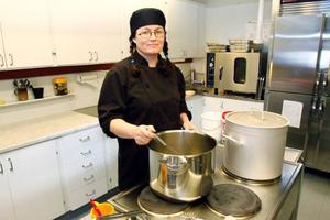 Susanna Axelsson jobbar i köket på Mjölnargränds förskola. Hon och hela kokerskegruppen Centrala stan tycker att Östersunds kommun borde gå i täten för ett modernt mattänk och satsa på att utveckla de små kökens möjligheter.