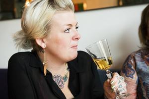 Malin Lagergren gillar att dricka glögg tillsammans med vänner kring jul.