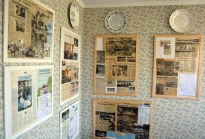 På väggarna hänger mängder med tidningsurklipp som berättar om krögarparets resa genom livet.