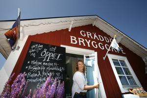 Billy Adolfsson kan andas ut efter att ha fått beskedet att om att latrintömmningsstationen inte behöver ligga vid bryggkafeet i Gräddö.