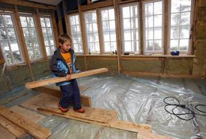 Ferdinand hjälper pappa John Erik Jansson att bygga nya sommarstugan.