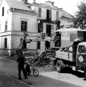 Det här flerfamiljshuset stod på Fredsgatan. Bilden togs i mitten på 1950-talet. Flickan på cykeln heter Inger Hamberg.