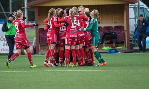 Guldjubel hos Linköpings FC efter slutsignalen i 0–0-matchen mot Kvarnsveden.