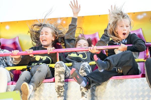 Karusellerna på härdalsyran var populära, här är det Fanny Forsman, Hanna Karlsson och Atle Forsman som flyger och far.