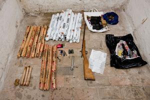 Här är några av de vapen och sprängämnen som polisen tog i beslag.
