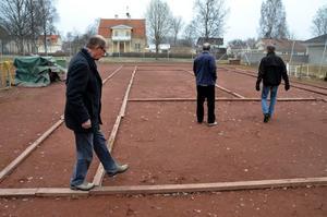 Tennisgubbar. Bengt Dahl, Dag Boborg och Henrik Pettersson från Fjugesta tennisklubb inspekterar banorna efter vintern.