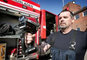 Ny värmekamera. För 140000 kronor har stationen i Ludvika fått en ny värmekamerautrustning, användbar till att söka efter både personer och dolda glödbränder. Brandmästare Anders Danielsson demonstrerar.