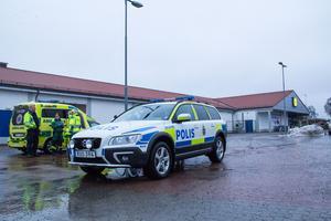 Kvinnan blev sittande i ambulans som stannade på platsen efter olyckan.