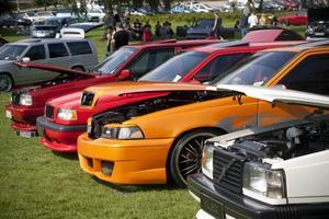 LÄTTADE PÅ HUVEN. Ett 60-tal bilar visade upp sig i bilutställningen Big Car Meet arrangerades för tredje året i rad i Högbo.
