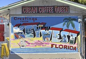 En väggmålning som härmar ett gammalt vykort visar några kända aspekter av Key West, som dykningen och sportfisket.   Foto: Anders Pihl/TT