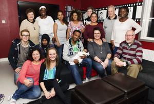 Ett stort och glatt gäng ska arbeta hårt med integration. Ett alldeles nytt mångkulturellt centrum är startat i Röda villan i Husum. Arbetet sker helt ideellt.