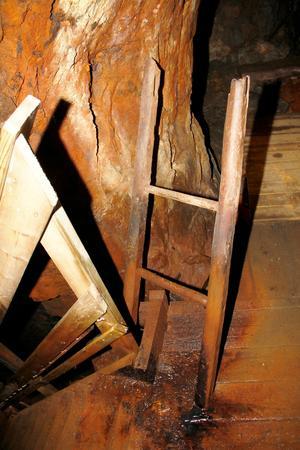 En av de gamla stegarna från 1700-talet finns kvar, den har byggts in intill en nutida trappa.
