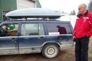 """Sven-Uno Bohlins Volvo var inne hos Skogers på reparation. Tjuvarna har krossat rutan, brutit upp tanklocket, slangat bensin och tagit skivor och verktyg. """" Det är för djävligt"""", säger han"""