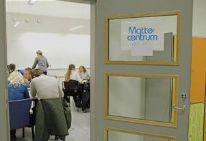 I ett klassrum på Wargentin skolan i Östersund pågår det läxläsning i matematik. Det är den ideella föreningen Mattecentrum som erbjuder gratis hjälp till elever efter skoltid.