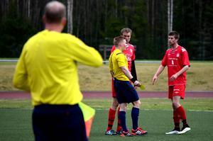 Tremålsskytt senast. I dag fick Adam Kerfstedt nöja sig med ett gult kort i Anton Sjöbergs protokoll.