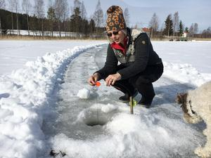 Anna Andersson inspekterar ett don. Sju gäddor har hon och familjen fått upp.