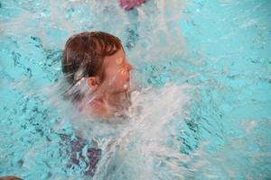 Att gå på simskola ska vara blött, och Elvy Bäckman plaskar loss!