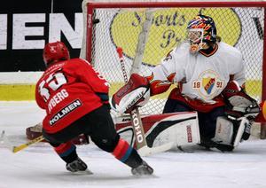 Modo Hockey J-18 Semifinal 2005 mot Djurgården - Timmy Nyberg gör här mål på Eddie Läck.