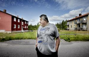 Sedan gruvdriften lades ned på 1970-talet, har Mossgruvan sakta avfolkats. Spänningarna i byn har ökat sedan EU-migranterna flyttade in. – Det är i grunden en oseriös hyresvärd som ligger bakom förfallet i byn, säger Håkan Löfqvist.