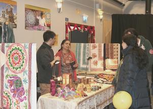 Vipula och Timirnash Kumar säljer indiskt hantverk.