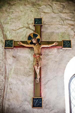 Jesus på korset är en vanlig kristen tradition. På långfredagen dömdes han till döden och spikades upp på ett kors.
