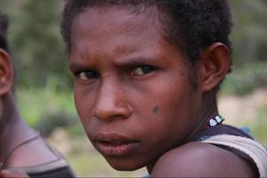 Den här flickan har några tatueringar på kinden i form av mörka prickar. Alla från svarteldsfolket i lanistammen har två svarta prickar tatuerade någonstans på kroppen för att visa vilken stam de tillhör. Oftast är prickarna i ansiktet.