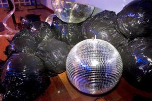 Ett gäng diskobollar väntar på att monteras.