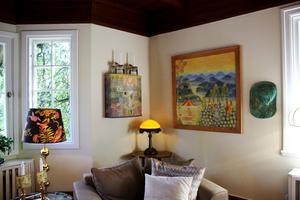 I bakgrunden på väggen syns ännu ett Carl Malmstensskåp som är målat av Liselotte Malmsten.