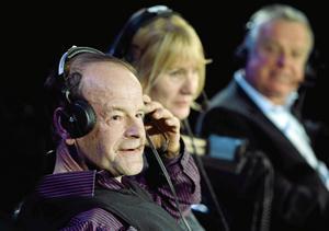 Legendariske sportradiorösten Mats Strandberg, närmast kameran, gästade PRO Folkärna Krylbos senaste möte och bjöd på såväl idrottsminnen som festliga imitationer.