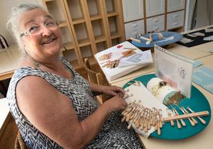 Bevarar ett kulturarv. För Lena Ekman-Petrén är knyppling ett sätt att koppla av och rensa tankarna. Nu delar hon med sig av sin hantverkskunskap.