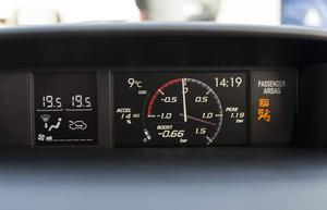 Ovanför mittkonsolen sitter en digital klocka som visar turbotrycket. Ser lite sportigt ut vid häftig gas.   Foto: Pontus Lundahl/TT