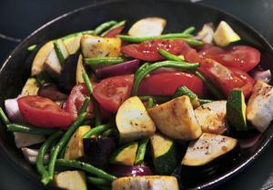 Medelhavsgrönsaker i stora bitar steks i olivolja för att få rätt smak.