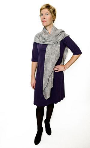 """Klänning.En vanlig rak klänning kan göras mer dynamisk med några knep.""""En kjol under som får hänga ner en pytteliten bit gör skillnad. Man kan också sätta klänningen ovanpå en byxa.""""""""Ett skärp gör stor skillnad, antingen ett brett i midjan eller på höften, eller ett smalt i midjan. Ett skärp med ett avvikande spänne är tacksamt, då händer något.""""""""Sjalen är lite för grå för min smak. Om man kombinerar flera olika plagg funkar grått. Men några knalliga accentfärger, till exempel kornblått, eller någon av höstkulörerna eller en eller ett par stora tygblommor på axeln hade gjort en enorm skillnad här."""""""