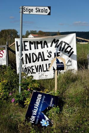 Den sönderrivna Sd-skylten skulle kunna vara en symbol om inte valresultatet sa något helt annat. I Indal lades 19,9 procent av rösterna på Sverigedemokraterna.