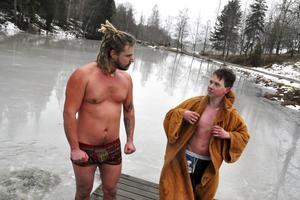 Barndomskompisarna Jim Nyberg, Davidshyttan, och Svante Eriksson, Ingvallsbenning, började med vintersimning för att inte frysa längre.