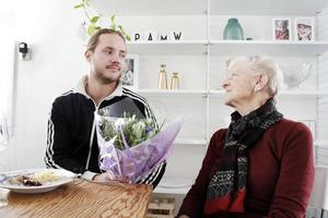 Före detta fotbollsspelaren Anders Wikström fick en tulpanbukett av sin mormor, Rut Wikström.