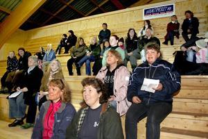 Publiken på läktaren i ridhuset i Askersund by trivdes under dressyrtävlingarna.